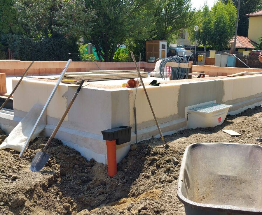 Fundamente und Mutterboden abtragen